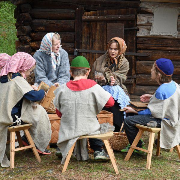Tidsresan, visar Karlstad efter branden 1865. Skolbarn lär sig karda ull.